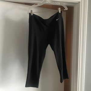 BLACK NIKE CROP LEGGINGS